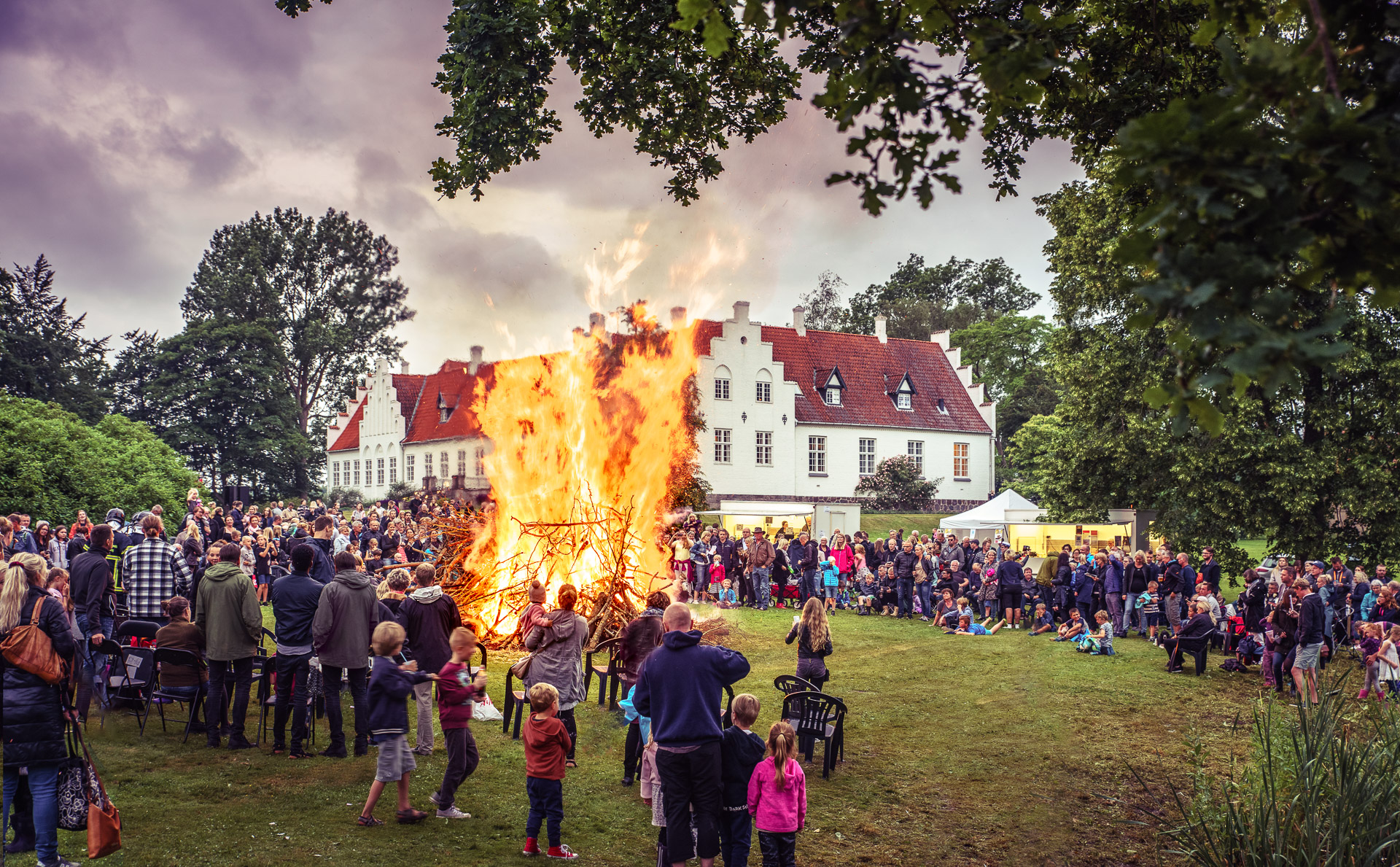 Rønnebæksholm og Skt. Hans. På Rønnebæksholm tændes bålet mens der synges omkring Skt Hans Bålet.